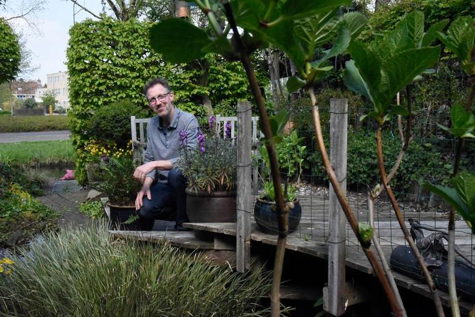 Tuinarchitect Geral Overbeek in zijn zelf ontworpen achtertuin.