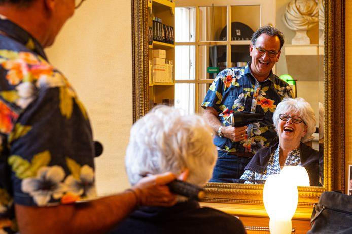 René Benoit knipt in zijn kapperszaak Titia Weultjes, die al dertig jaar vaste klant is.