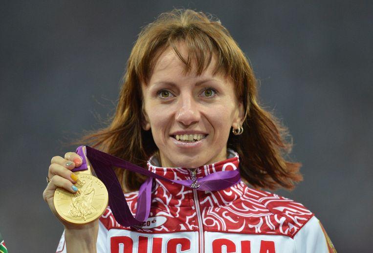 Maria Savinova, die volgens WADA levenslang geschorst zou moeten worden, met haar gouden medaille in Londen. Beeld afp
