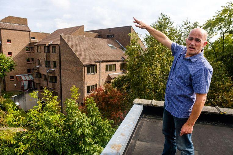 Buurtbewoner Werner Van Mierlo klaagt over de aanleg van het nieuwe zorgcentrum achter zijn tuin, dat volgens hem veel te groot gaat worden. De huidige gebouwen worden afgebroken.