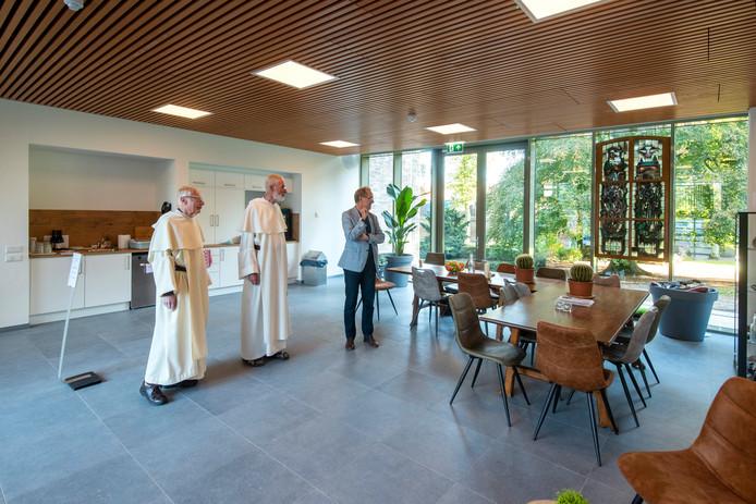 Paters Paul Minke en Jan Boks met Aalt Bakker in een van de nieuwe zalen van De Herberg, het nieuwe gedeelte van het klooster in Huissen.