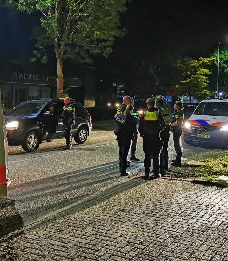 Dronken Duitser (26) rijdt leenwagen in sloot, vlucht te voet grens over en verstopt zich in liftauto onder dekentje
