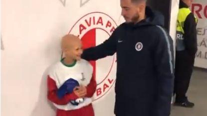 VIDEO. Hazard maakt 8-jarig meisje dolgelukkig met shirt voor aanvang van match in Praag