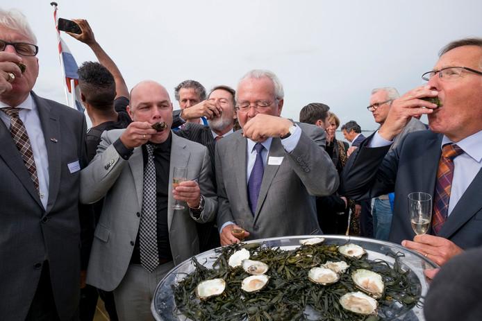 De eerste oesters werden opgeslurpt in Bruinisse.