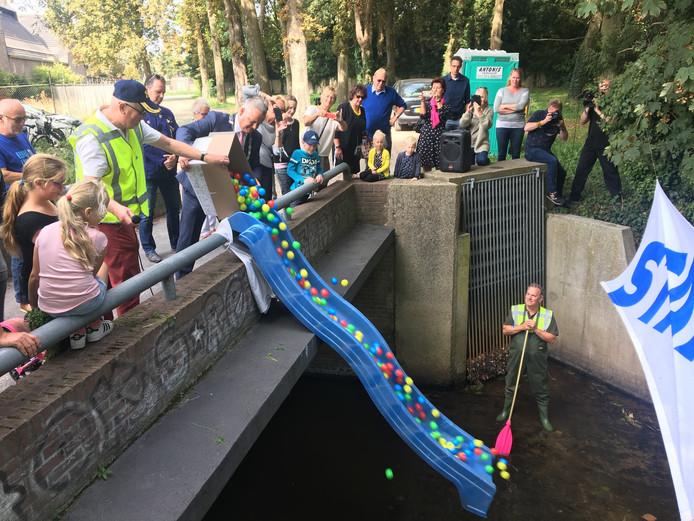 Mark van Stappershoef, Burgemeester van Goirle, laat de eerste 'shift' van de Ballenrace te water.