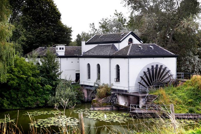 Vroeger werd het waterpeil in de polder in stand gehouden door het watergemaal De Oude Horn, waar tegenwoordig een glasblazerij in is gevestigd.