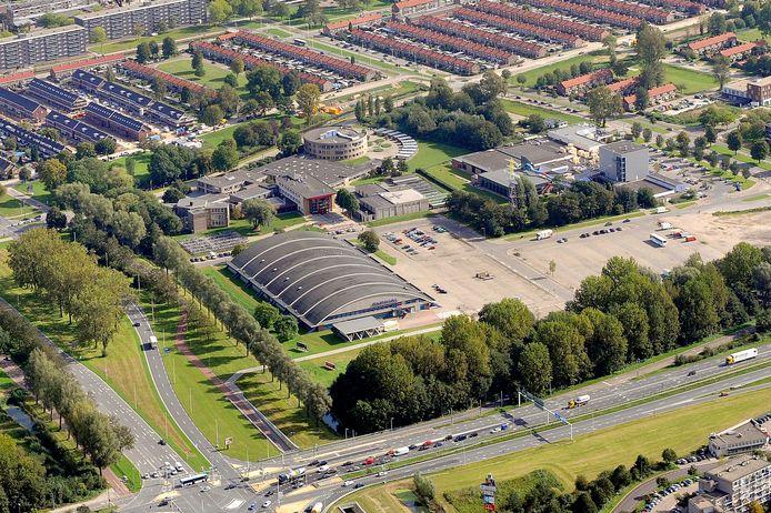 Overzichtsfoto van het gebied rond sportwinkel Decathlon, het Olympus College en zwembad en squashcentrum De Grote Koppel.