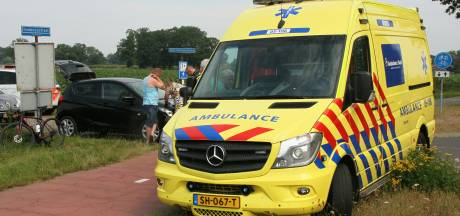 Geen voorrang: auto botst op wielrenster in Diepenheim