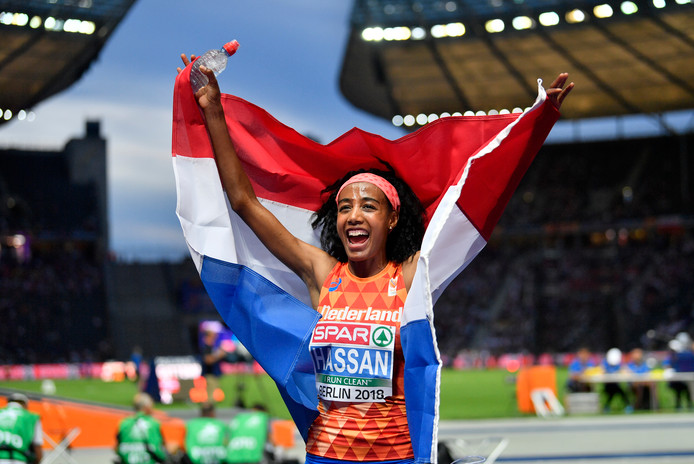 Sifan Hassan viert haar gouden medaille op de 5000 meter, tijdens het EK afgelopen augustus in Berlijn.
