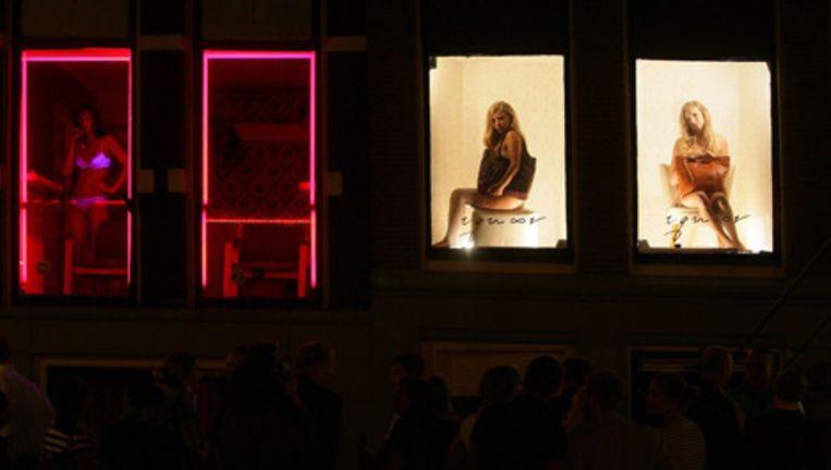 September 2008: achter helverlichte ramen showen modellen kleding van Amsterdamse ontwerpers. Foto ANP Beeld