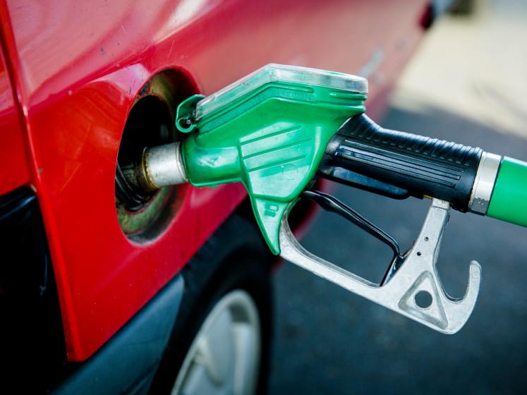 Tanken zou naar de twee euro gaan, maar benzine wordt juist goedkoper. Hoe kan dat?