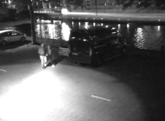 De politie zoekt twee mensen die mogelijk getuige zijn geweest van het zedenmisdrijf woensdagnacht in Helmond.