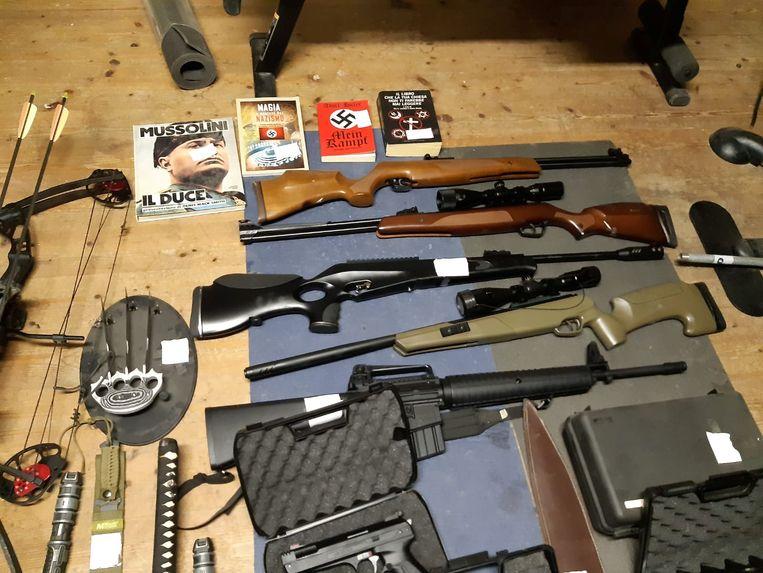 Tijdens de inval werden geweren, explosieven en andere wapens gevonden.