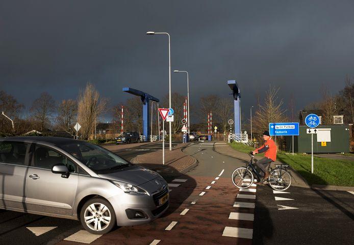 Het wordt straks veel drukker op de kruising bij de blauwe brug, een belangrijke fietsroute voor scholieren, door uitbreiding van industrieterrein De Putkop.