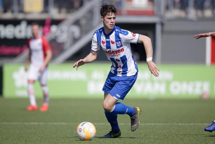 Kik Pierie namens sc Heerenveen in actie tegen FC Emmen.