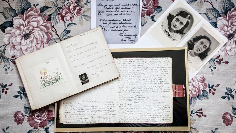 Jacquelines poesiealbum, de vaarwelbrieven, jeugdfoto's van Jacqueline en Anne, en het geveilde versje. Beeld Ernst Coppejans