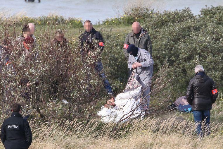 Frank P. toont hoe hij z'n moeder (hier vervangen door een politievrouw) begroef in de duinen.
