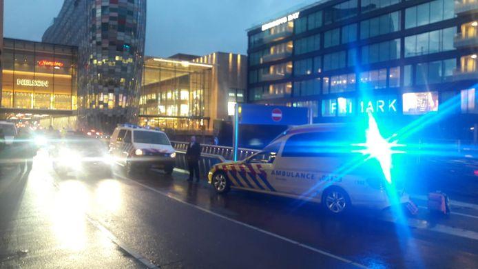 Hukpdiensten rukten vanmiddag massaal uit voor een medische noodsituatie bi de uitgang van de parkeergarage op de Catharijnesingel