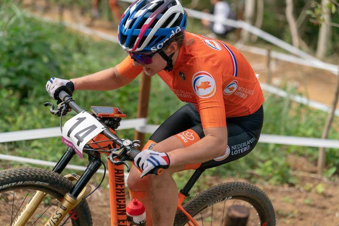 Mountainbiker Anne Tauber in actie.