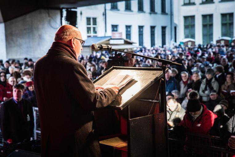 Burgemeester Daniël Termont speecht de Gentenaars toe.