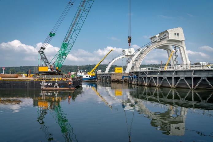 Het sluizencomplex bij Driel wordt in opdracht van Rijkswaterstaat opgeknapt.