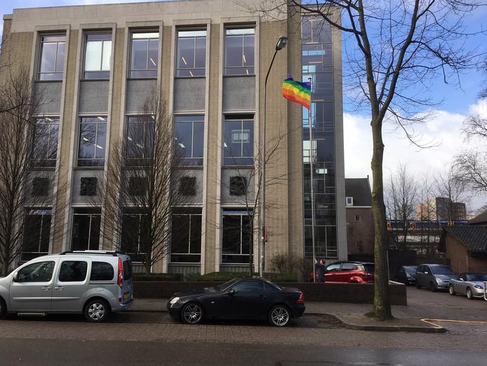 De regenboogvlag op het Stedelijk Gymnasium.