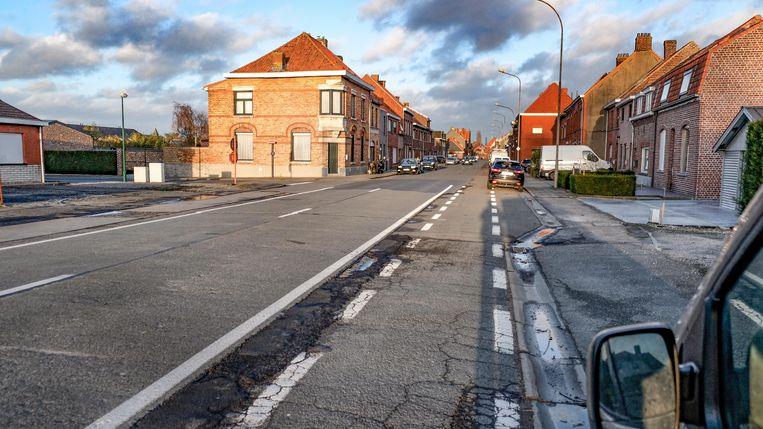 Op sommige plaatsen is de Dikkebusseweg in slechte staat.