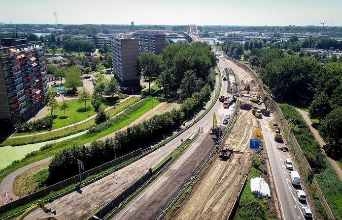 Rijkswaterstaat gaat langs de N3 bij Papendrecht een nieuw geluidsscherm, rechts op deze in augustus gemaakte foto, neerzetten.