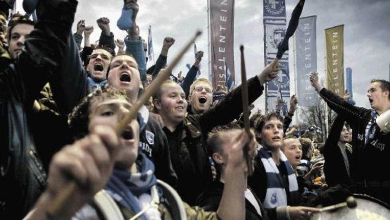 Supporters van Spakenburg vieren het tweede doelpunt in de derby tegen IJsselmeervogels. (Bram Petraeus) Beeld