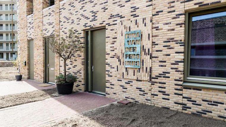 Bij het slaan van de eerste paal van een zorginstelling op Zeeburgereiland kwam corporatiedirecteur Erna van der Pers om het leven. Het huis is na oplevering naar haar vernoemd. Beeld Tammy van Nerum