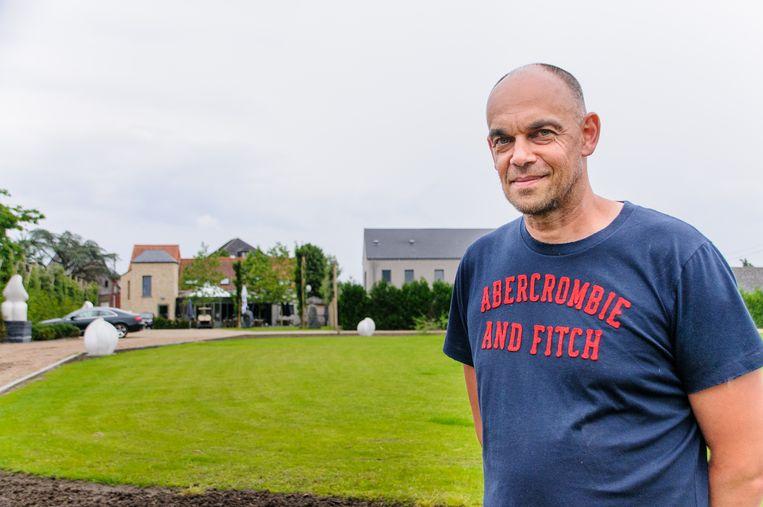 Uitbater Patrick Van Loo achter zijn brasserie Jeppe Fas, waar de heli's kunnen landen.