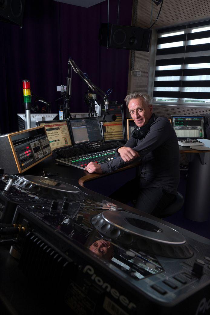 Jaap Pieterse alias Balthazar van Puffelen aan het werk bij Optimaal FM in Ulft.