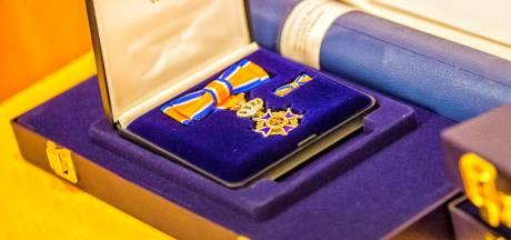 Koninklijke eer voor brandweermannen in Doesburg