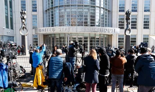 Journalisten in groten getale aanwezig bij het gerechtsgebouw in New York.