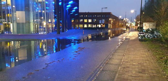 Baantjes trekken bij het hoekje op de Ertskade/Wisselstraat.