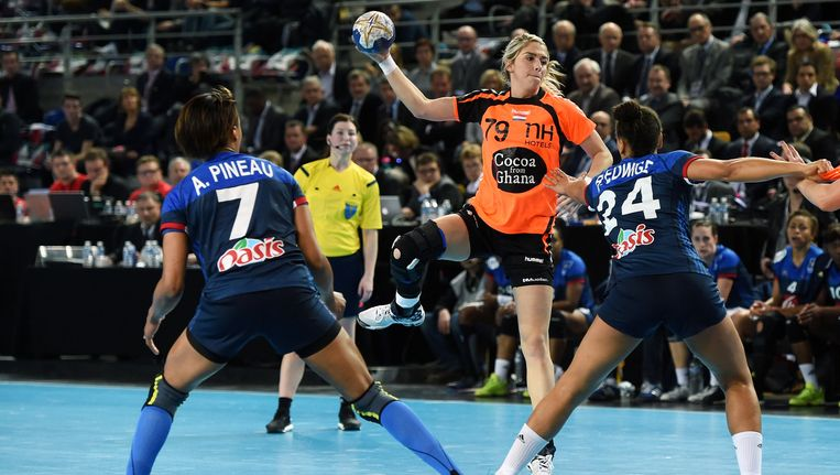 Estavana Polman schiet op het doel van Frankrijk. Beeld anp