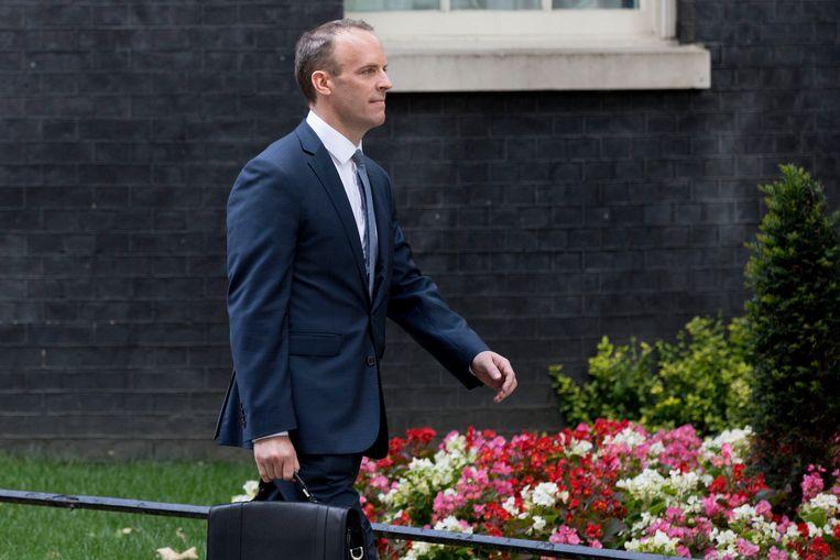 Davis' opvolger Dominic Raab verlaat Downing Street nr 10 na zijn benoeming.  Beeld EPA