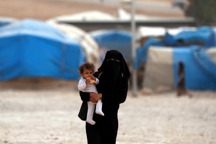 Een moeder met kind in een Syrisch vluchtelingenkamp.
