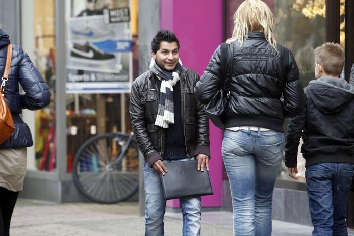 Straatverkopers: ze zijn inmiddels een vast onderdeel van een wandeling door de Diezerstraat. De een is blij met de aanspraak, een ander loopt er met een boog omheen. De winkeliers zien ze het liefst zo snel mogelijk vertrekken.foto Tom van Dijke