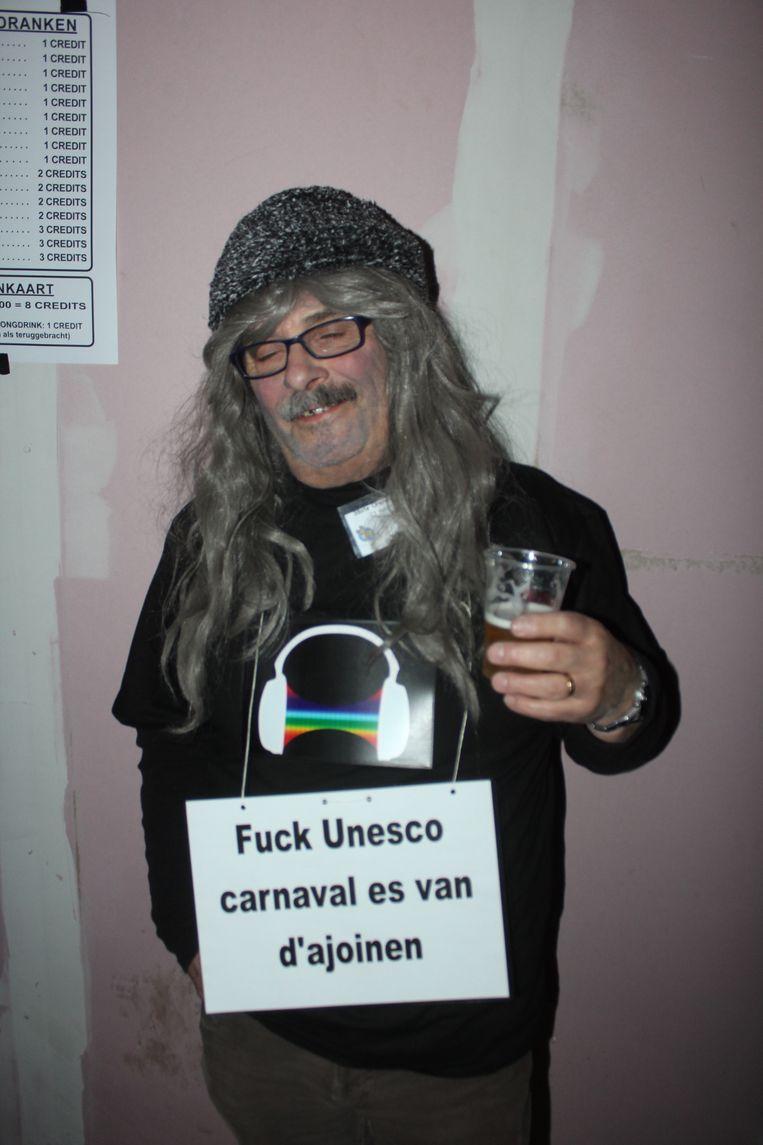 Een Aalsterse carnavalist uit zijn protest aan Unesco.