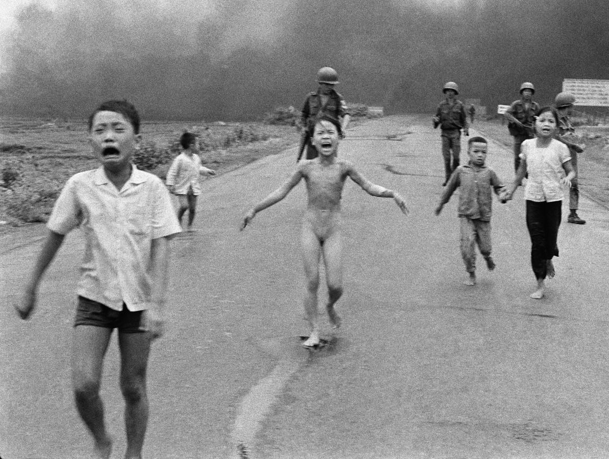 Phan Thi Kim Phuc rent in juni 1972 zonder kleding weg voor een napalmbombardement.