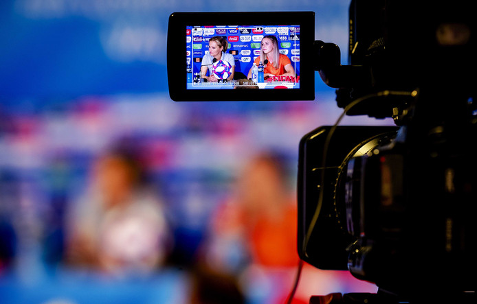 Sarina Wiegman, bondscoach van het Nederlandse vrouwenelftal, samen met speler Jackie Groenen tijdens een persconferentie in aanloop naar de kwartfinale tegen Italië.