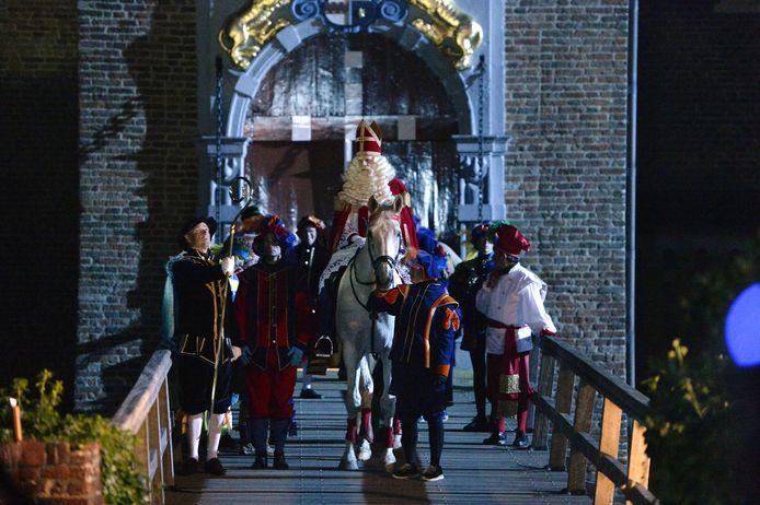 Sinterklaas op de brug van Kasteel Ammersoyen.