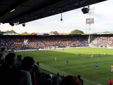 Fans PEC Zwolle eren overleden supporter Gesina in 52e minuut