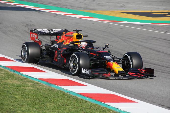 Max Verstappen in zijn RB16 op het Circuit de Barcelona-Catalunya.