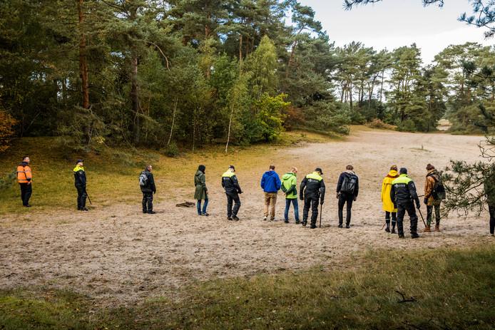 Deelnemers aan de zoektocht naar de vermiste Anne Faber in de omgeving van Soesterduinen in oktober 2017.