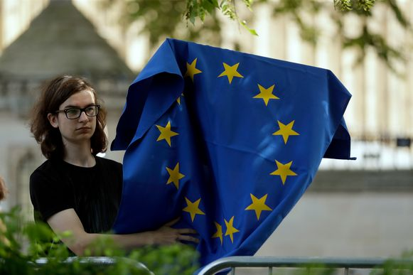 Een vrouw zwaait met de Europese vlag in Londen.