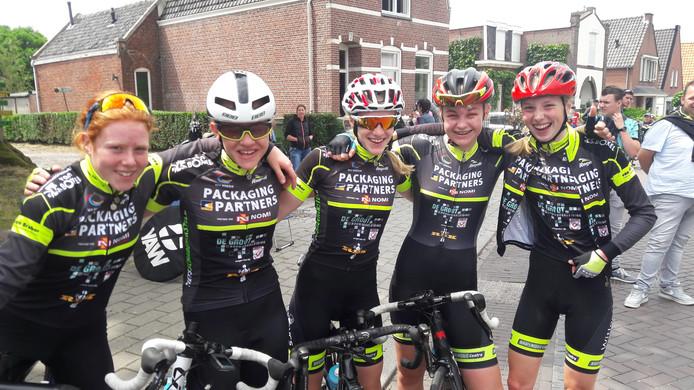 Vijf blijde meiden van WV Breda vieren de samen de titel van Denise Mertens (tweede van rechts) . V.l.n.r: Silke Blei, Britt de Grave, Mirre Knaven en Pem Hoefmans.