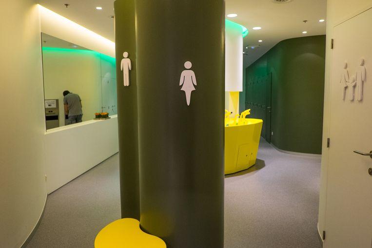"""De toiletten werden ook grondig vernieuwd en zijn voortaan gratis. """"Er zit geen toiletvrouw meer, maar ze worden wel de hele dag door schoongemaakt door het personeel."""""""
