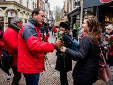 Lodewijk Asscher deelt rozen uit in Utrecht: 'Er gaan weer wat duimpjes omhoog'